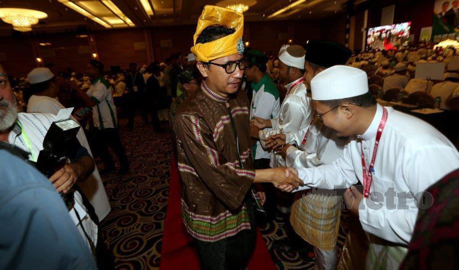 MUHAMMAD Khalil beramah mesra bersama perwakilan pada majlis perasmian Muktamar di Bukit Gambang , 19 Jun lalu. FOTO Farizul Hafiz Awang