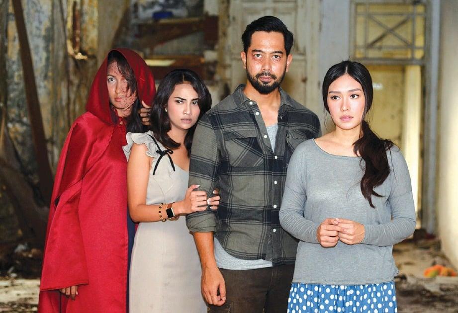BARISAN pelakon filem Kolong (dari kiri) Annie, Vanessa, Wan Raja dan Luthya.