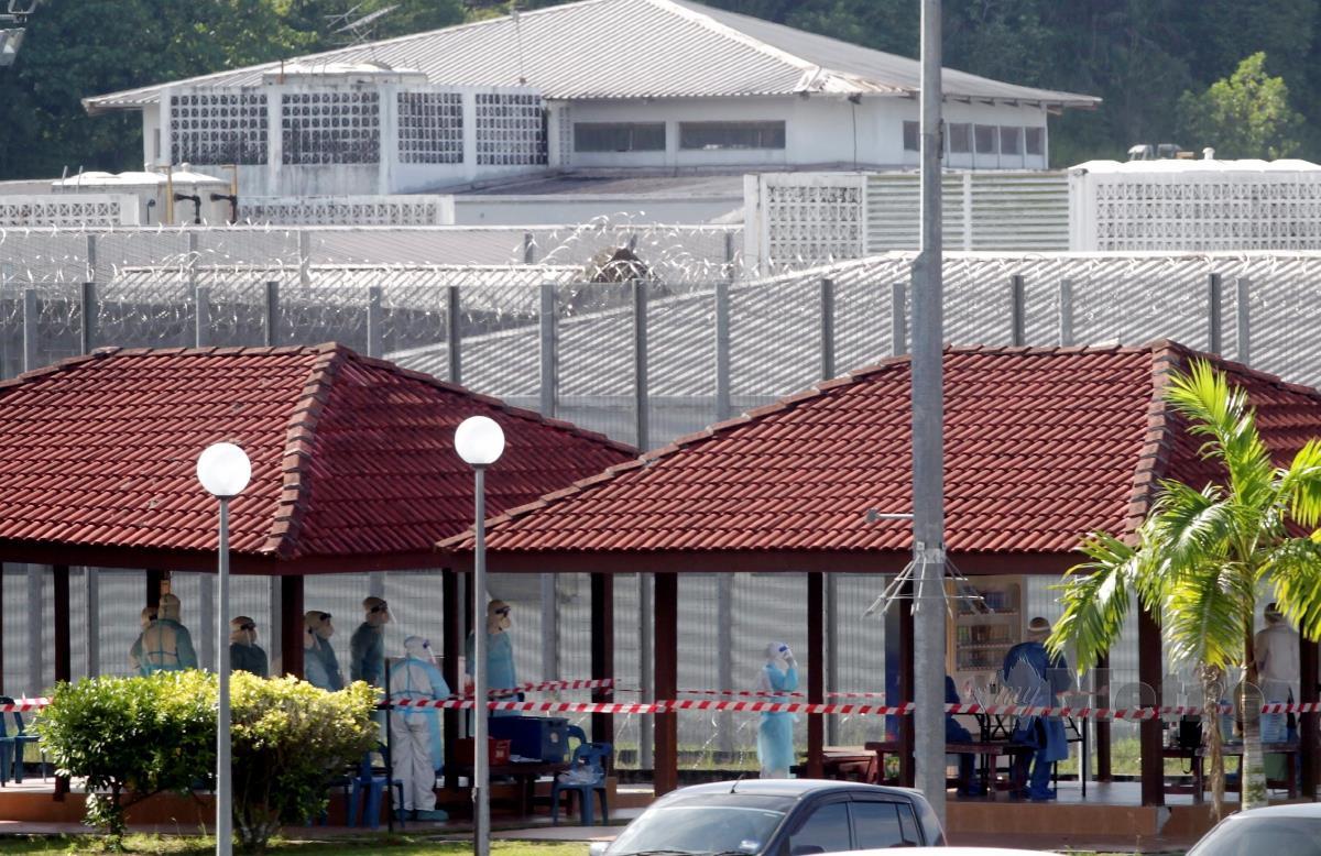 PETUGAS Kementerian Kesihatan Malaysia (KKM) melakukan ujian saringan terhadap banduan di Kompleks Penjara Seberang Perai, Jawi. FOTO DANIAL SAAD