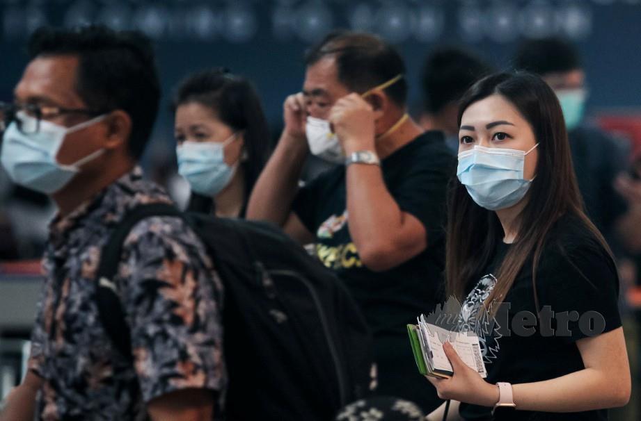 ORANG ramai memakai penutup muka dan hidung di KLIA2. FOTP Luqman Hakim Zubir