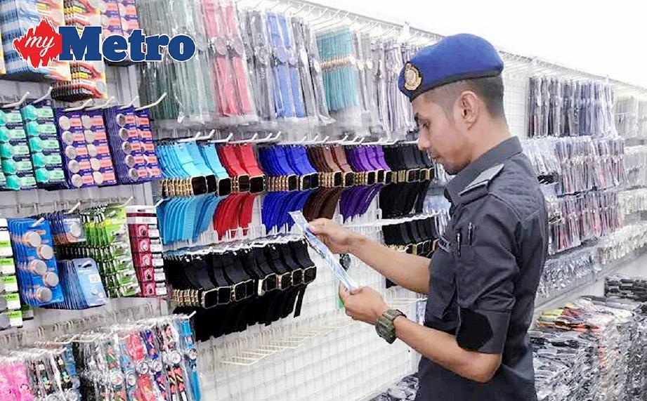 OPERASI khas dilakukan KPDNHEP terhadap peniaga warga asing Bangladesh yang menjual barangan cetak rompak di Jalan Pudu dan Chow Kit, kelmarin.  -Foto NSTP