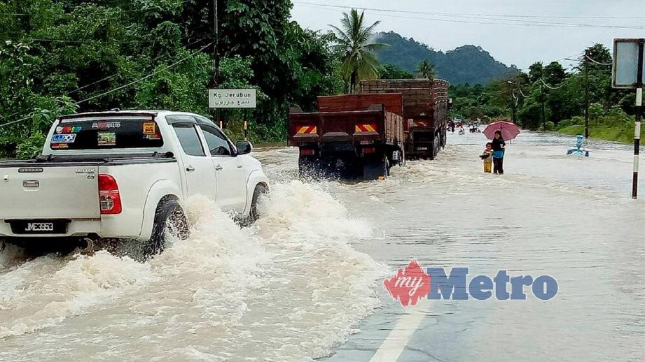 ANTARA lokasi di Hulu Besut yang dinaiki air selepas hujan lebat pada 26 November lalu. FOTO Mohamad Ishak