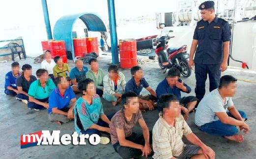 MOHD Marmizi memeriksa nelayan asing yang ditahan. FOTO Shamsudin Husin