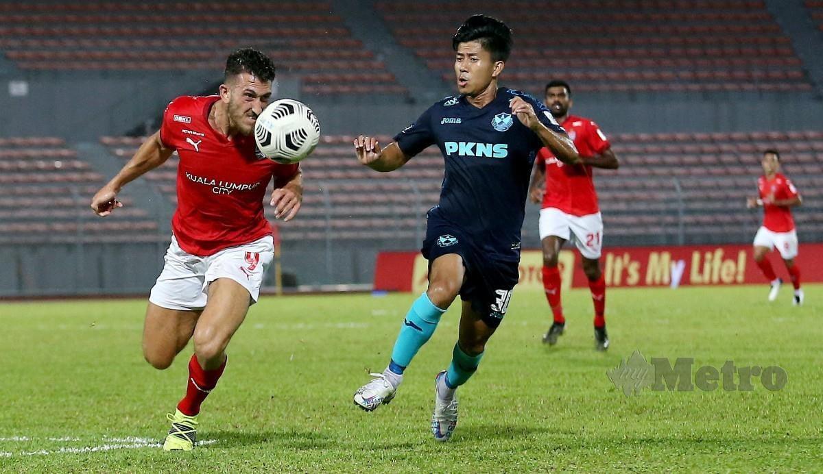 PEMAIN Selangor FC, Hein Htet Aung (kanan) diasak pertahanan KL City, Giancarlo Gallifuoco (kiri) di Stadium Bolasepak Kuala Lumpur, Cheras. FOTO EIZAIRI SHAMSUDIN
