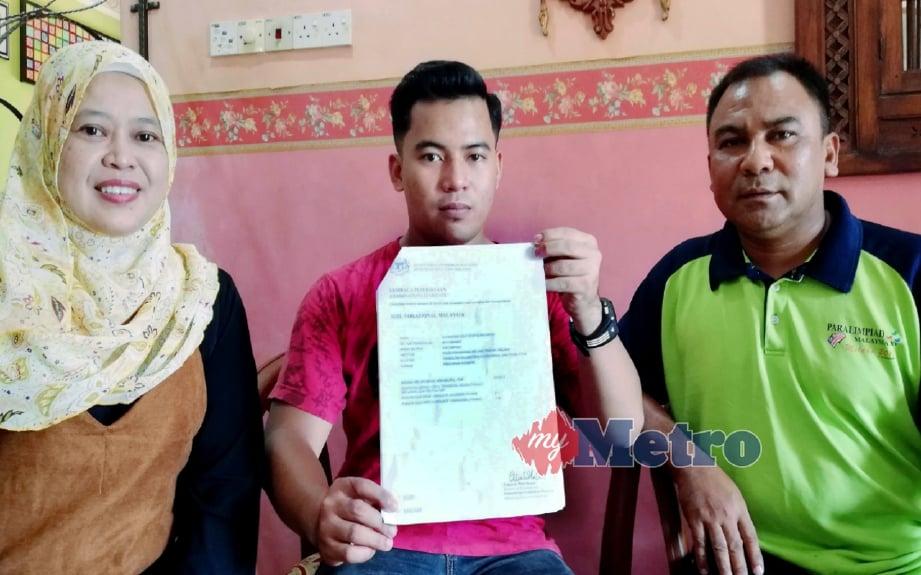 Mohd Izzad  (tengah) bersama Siti Sabariah (kiri) dan Imran menunjukkan surat Lembaga Peperiksaan, Sijil Vokasional Malaysia. FOTO Abdel Hudzairee Mohd Yasak