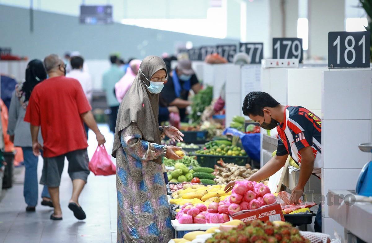ORANG ramai membeli barang keperluan di Pasar Harian Selayang. FOTO Asyraf Hamzah.