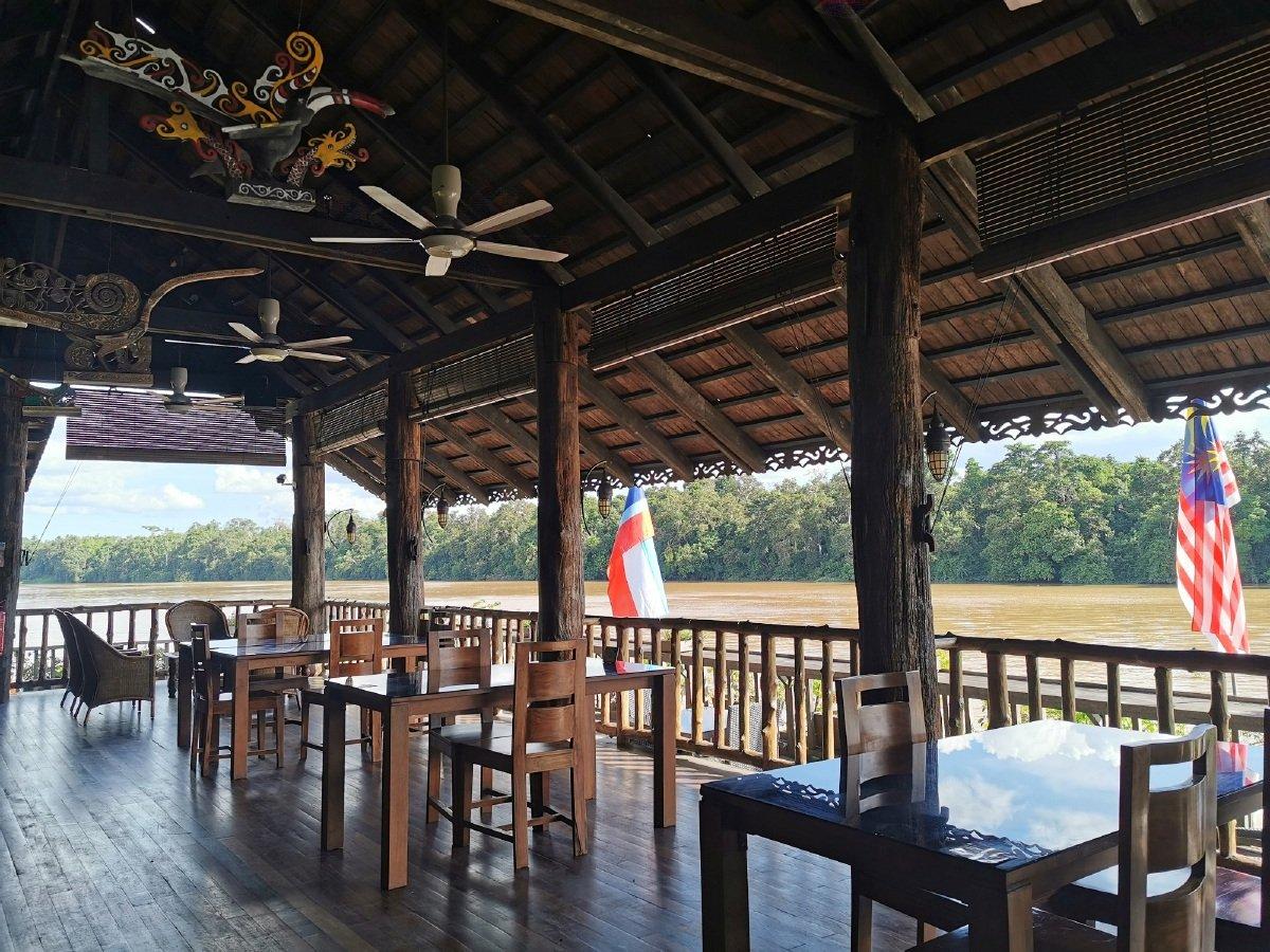 KEMUDAHAN kafe di Sukau Rainforest Lodge.
