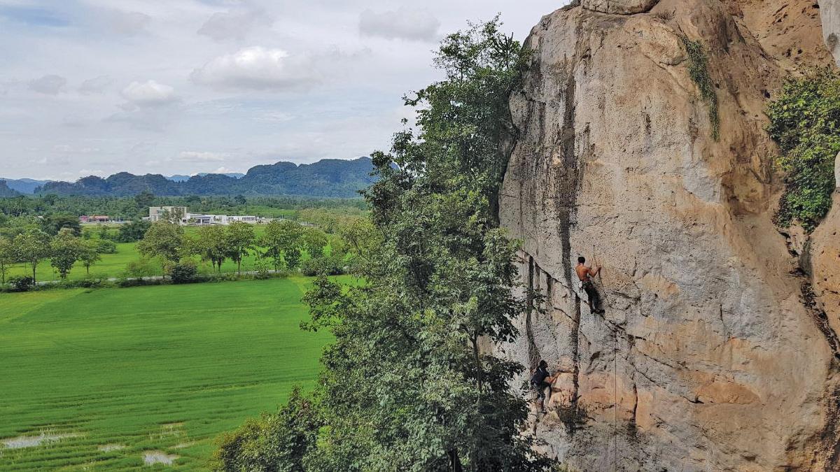 MENDAKI tebing batu di dalam gua antara yang menarik perhatian peminat aktiviti ekstrim.