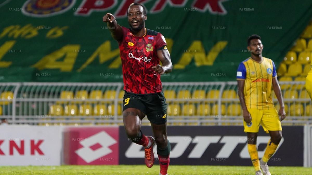 SHERMAN meraikan gol kedua Kedah ketika dalam perlawanan pusingan pertama Piala Malaysia mengalahkan Pahang 3-2. FOTO Ihsan Persatuan Bolasepak Kedah