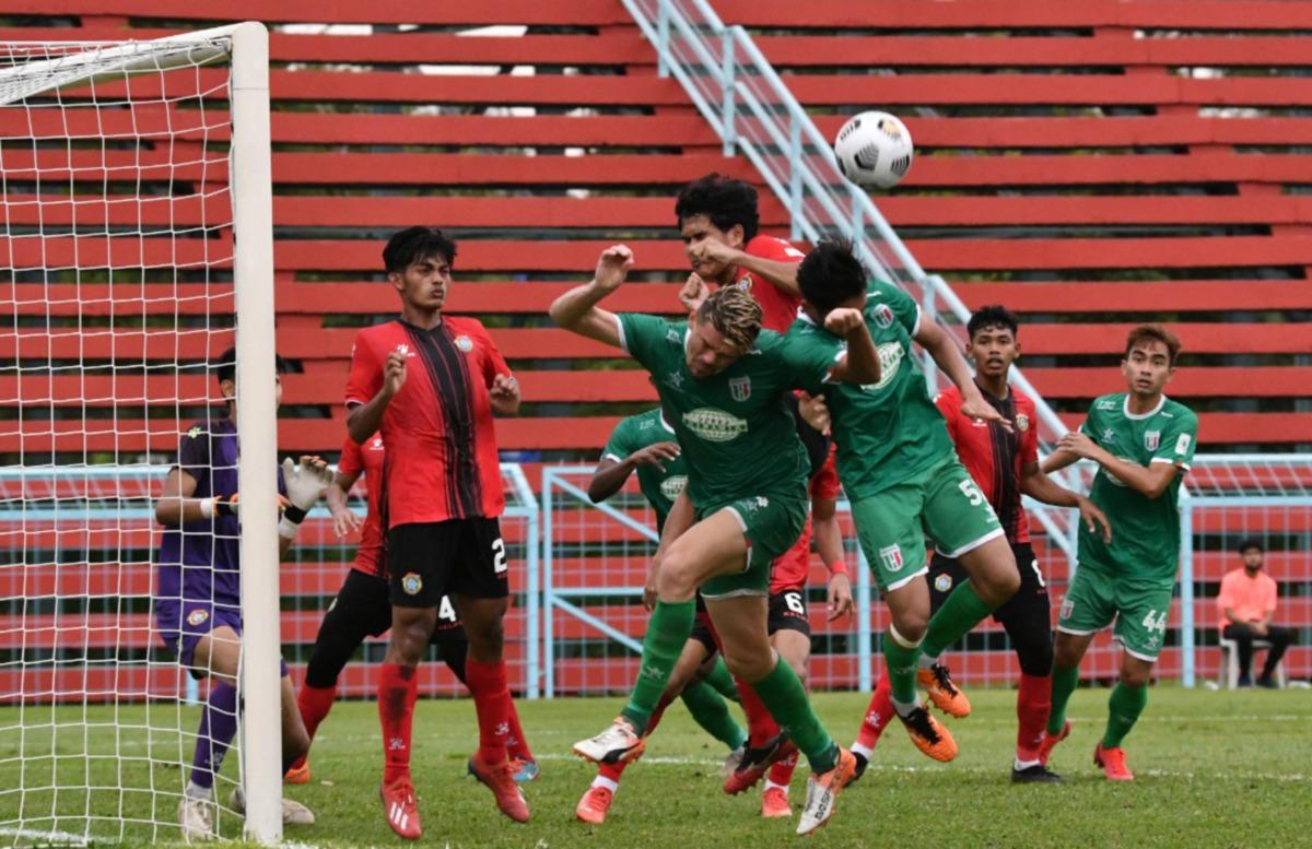 PEMAIN skuad Projek FAM-MSN mengasak benteng Kuching City FC pada aksi tertunda Liga Perdana di Stadium Majlis Bandaraya Pasir Gudang (MBPG), semalam. FOTO Ihsan Kuching City FC,