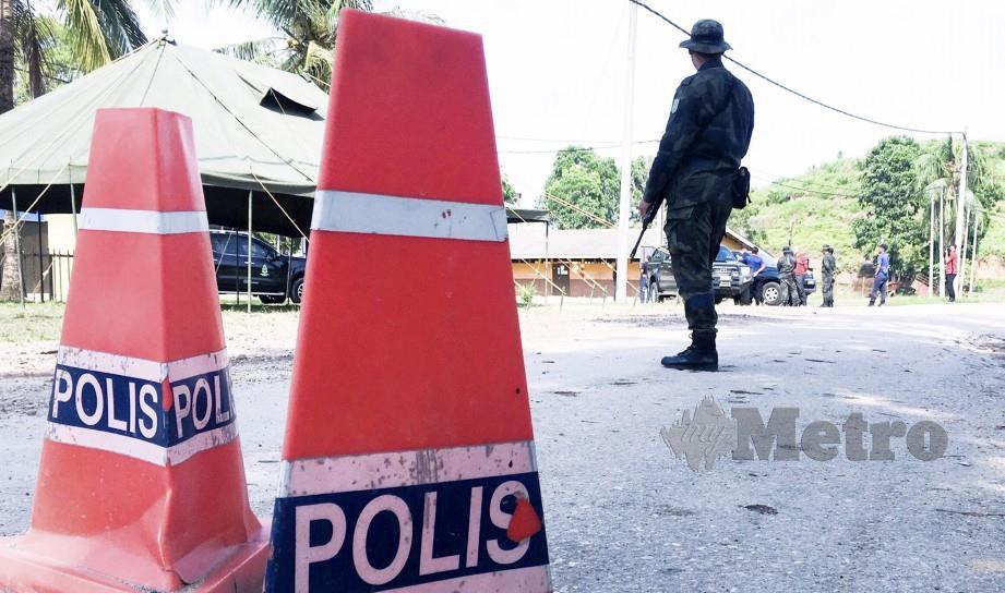 ANGGOTA PGA Batalion 8, melakukan kawalan di Ladang Aring 10 di laluan ke perkampungan Orang Asli Kuala Koh yang ditutup bagi orang awam dan petugas media. FOTO SYAMSI SUHAIMI