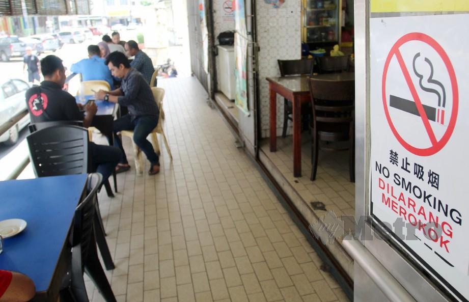 TINJAUAN larangan merokok di restoran yang telah berkuatkuasa bermula 1 Januari 2020. FOTO Nik Abdullah Nik Omar