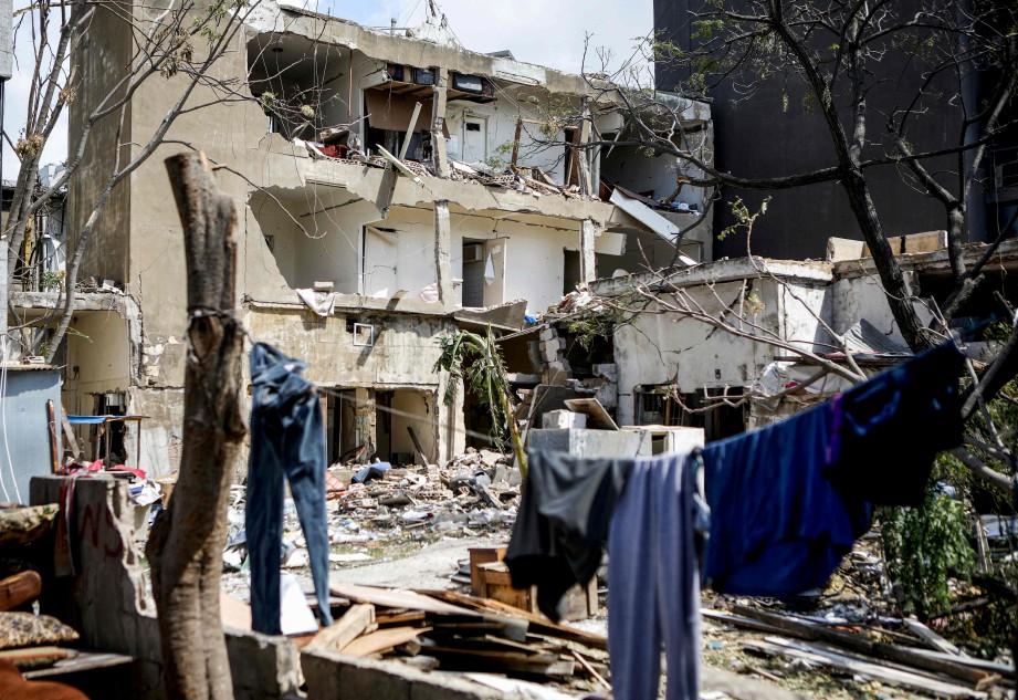 ANTARA kesan kemusnahan susulan letupan berkenaan. FOTO AFP