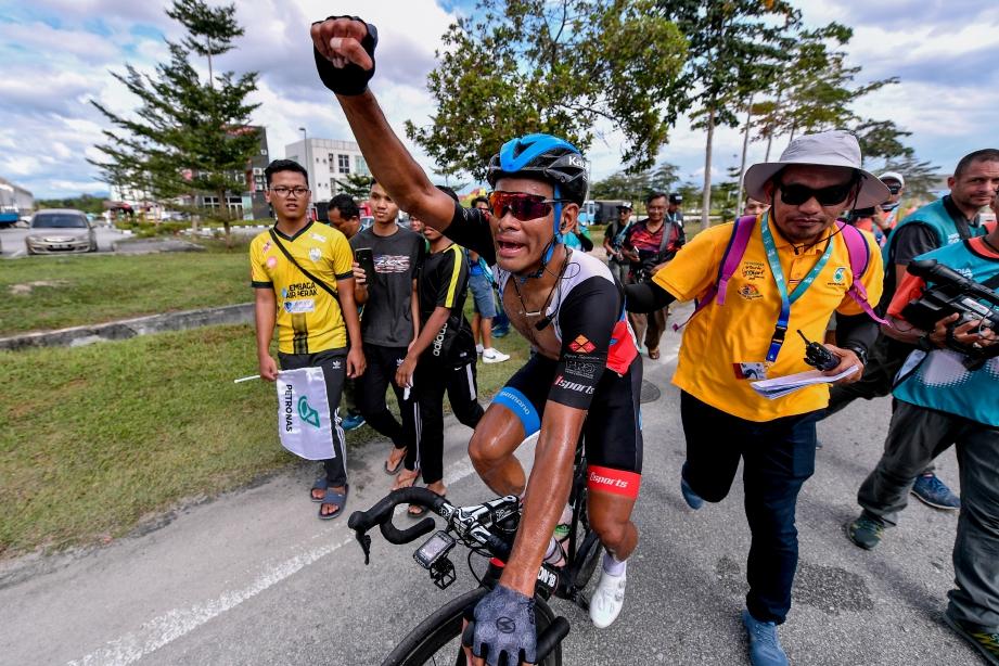 HARRIF bersorak kegembiraan selepas memenangi saingan Peringkat 5 dari Kuala Kubu Bharu ke Bandar Meru Raya, Ipoh. FOTO Bernama