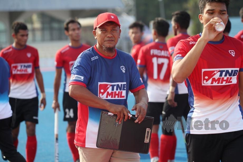 Nor Saiful Zaini (tengah) memperkatakan sesuatu kepada pemainnya. FOTO File NSTP