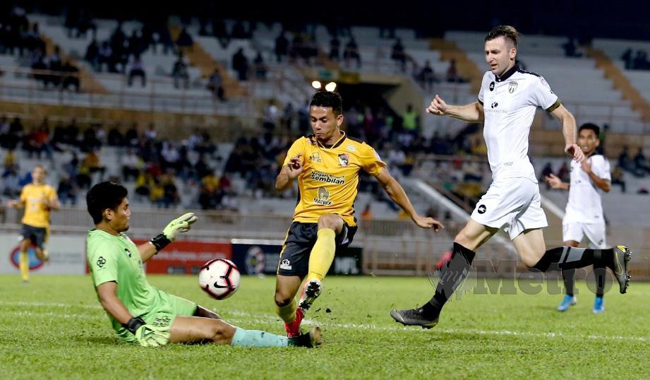 AKSI penjaga gol TFC,  Muhammad Ilham Amirullah mengawal gawangnya daripada tembusi  Ferris Danial di Paroi minggu lalu.
