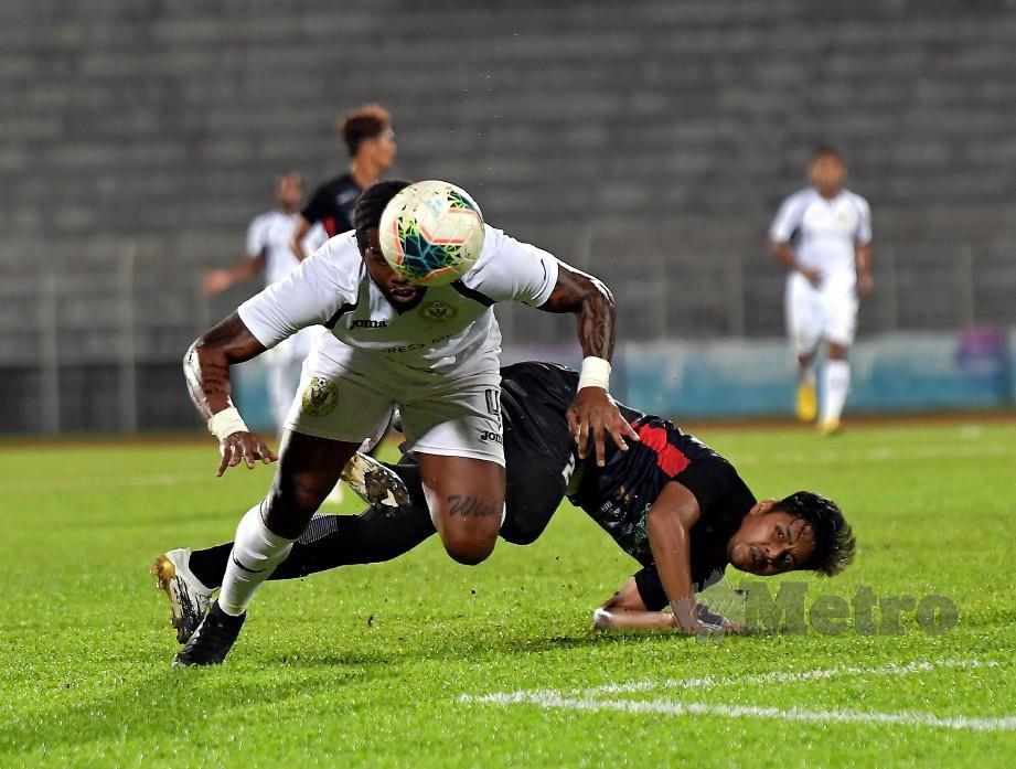Patrick Ronaldinho Wleh (kiri) disekat pertahanan KUFC, Faizol Nazli Sayuti pada aksi Liga Perdana di Stadium Negeri. FOTO Bernama