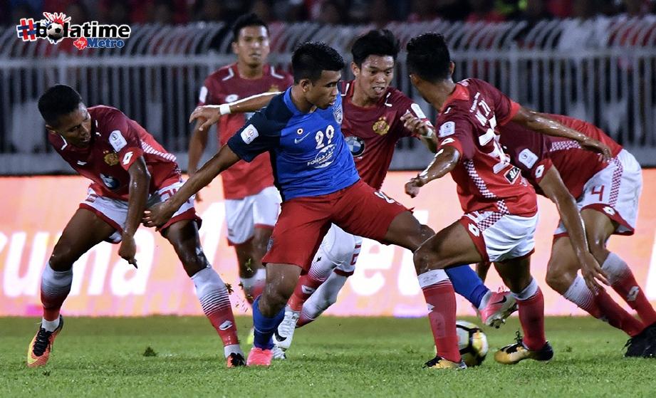 PEMAIN JDT Muhammad Safawi Rasid (tengah) di asak pemain Kelantan di Stadium Sultan Muhammad Ke-IV. FOTO/BERNAMA