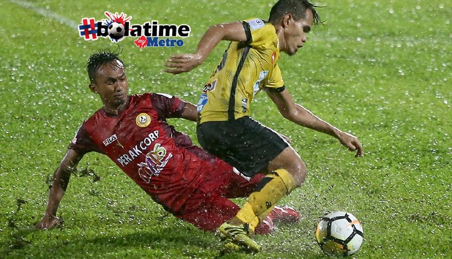 PEMAIN Perak, Amirul Azhan Aznan (kanan) cuba melepasi pemain PKNP, Mohamad Hafiz Ramdan di Stadium Stadium Perak. FOTO/EFFENDY RASHID