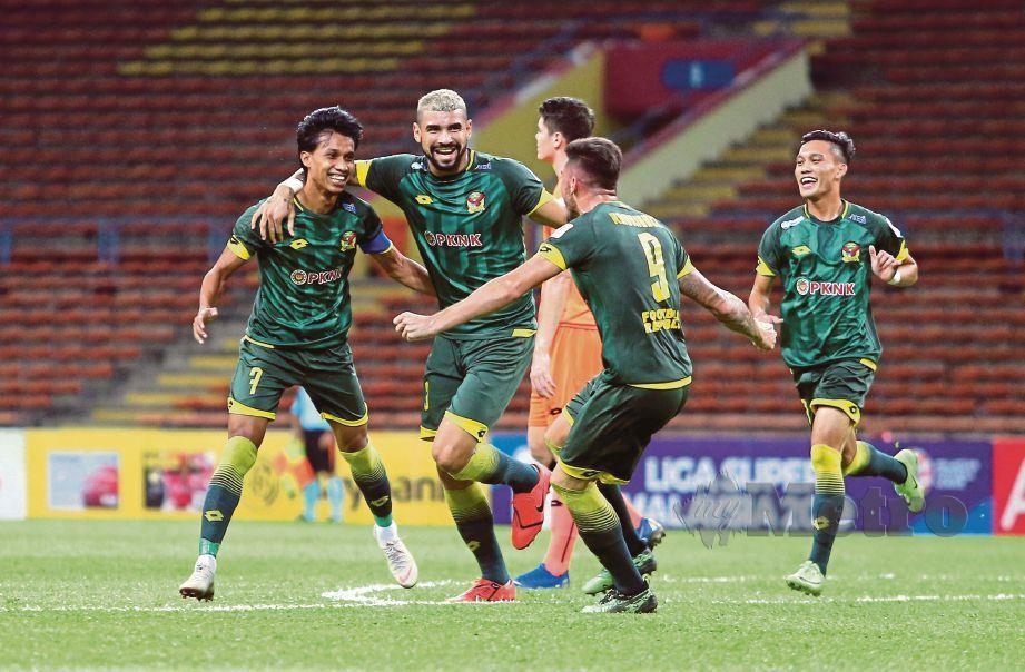 BADDROL Bakhtiar (kiri) meraikan gol pertama bersama rakan semasa menentang pasukan PKNS FC pada perlawanan Liga Super 2019, di Stadium Shah Alam.