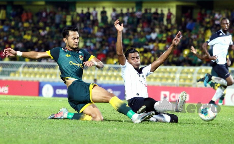 Pemain Kedah, Muhammad Hadin Azman (kiri) berebut bola dengan pemain Terengganu, Muhamad Hafizal Mohamad pada aksi Liga Super. FOTO Amran Hamid