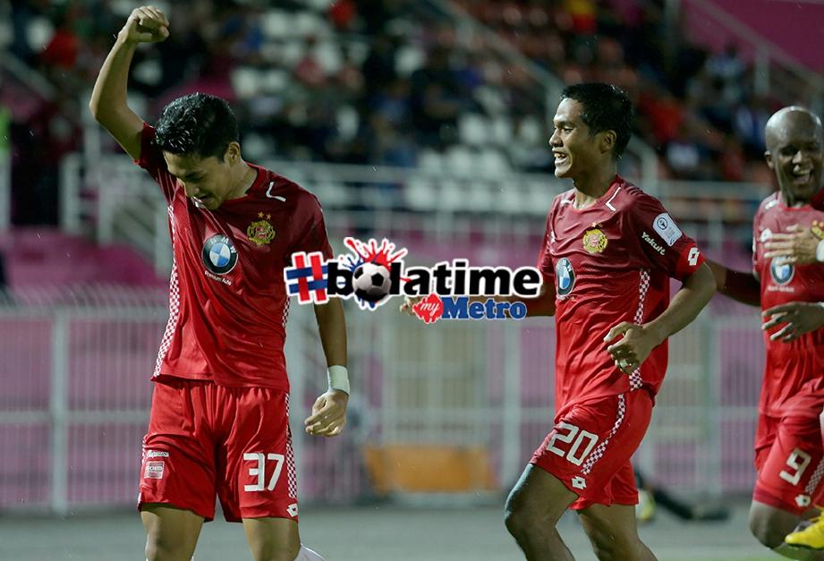 PENYERANG Kelantan, Muhammad Danial Ashraf (kiri) meraikan gol pertama bersama rakannya di Stadium Sultan Muhammad Ke IV. FOTO Fathil Asri