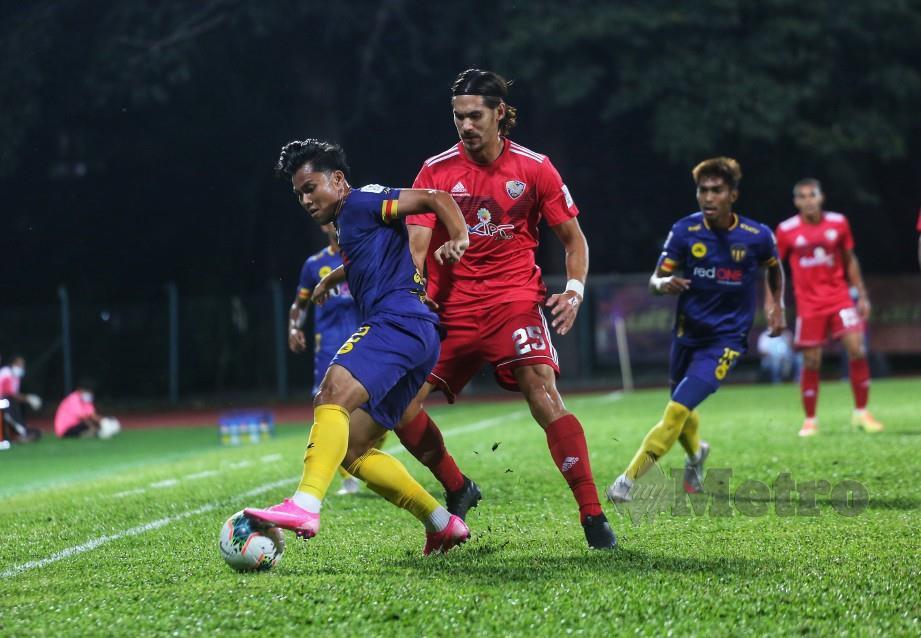 Pemain UiTM FC, Mark Andrew Hartman (kanan) bersaing dengan tonggak TFC, Mohamad Arif Fadzilah Abu Bakar (kiri) pada aksi Liga Super, Sabtu lalu. FOTO Hazreen Mohamad