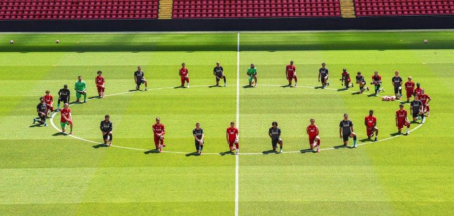PEMAIN Liverpool berlutut untuk menunjukkan mereka menentang perkauman. FOTO Agensi