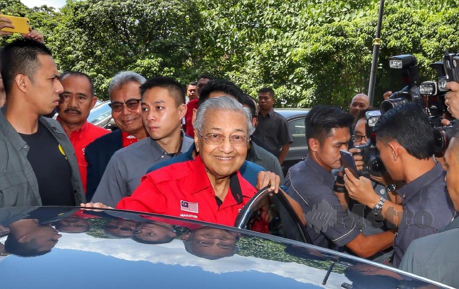 DR Mahathir ketika keluar dari Ibu Pejabat Parti Bersatu selepas mesyuarat MPT Bersatu di Menara Yayasan Selangor, 23 Februari lalu. FOTO ASWADI ALIAS.