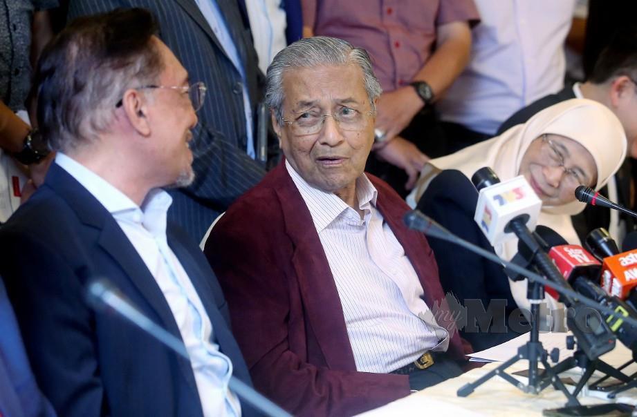 TUN Dr Mahathir Mohamad bergurau bersama Presiden PKR, Datuk Seri Anwar Ibrahim selepas mempengerusikan Mesyuarat Majlis Presiden Pakatan Harapan di Yayasan Kepimpinan Perdana, Putrajaya. FOTO/MOHD FADLI HAMZAH