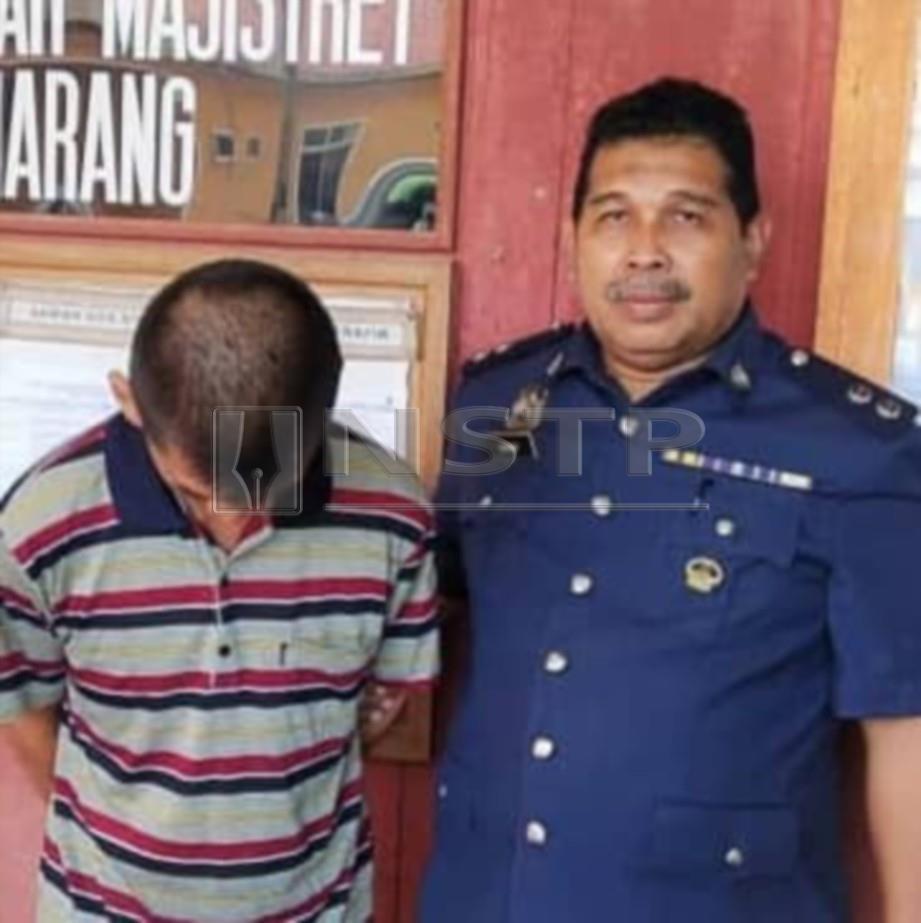 Foo Swee Hor, 57, dibawa keluar selepas mengaku miliki rokok seludup. FOTO Hanneeyzah Bariah Baharin.