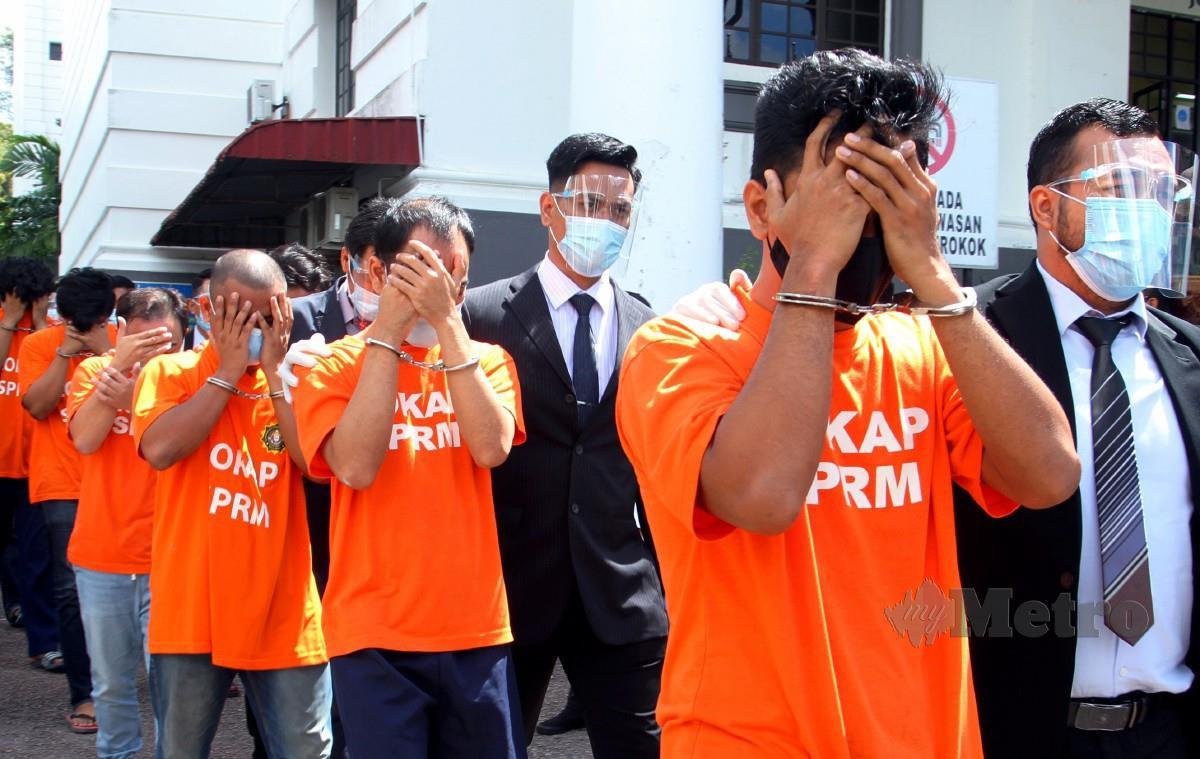 Sebahagian daripada 13 individu termasuk sembilan anggota JIM dihadapkan ke Mahkamah Majistret Johor Bahru untuk proses reman. FOTO Zain Ahmed