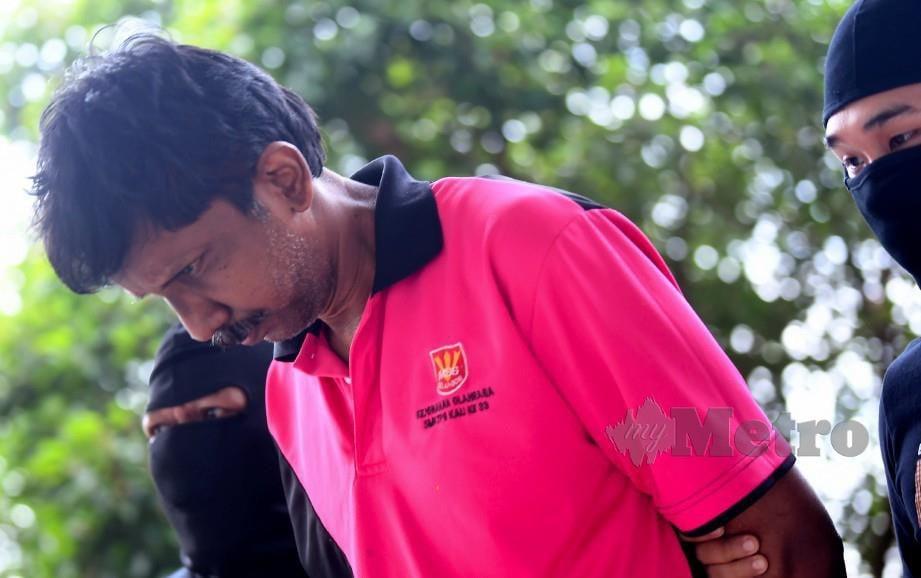 GURU sekolah menengah kebangsaan,  Sundram Renggan @ Rengasamy, 52, hari ini dituduh di Mahkamah Sesyen Sepang kerana memiliki barangan berkaitan kumpulan pengganas Liberation Tigers of Tamil Eelem (LTTE). FOTO BERNAMA