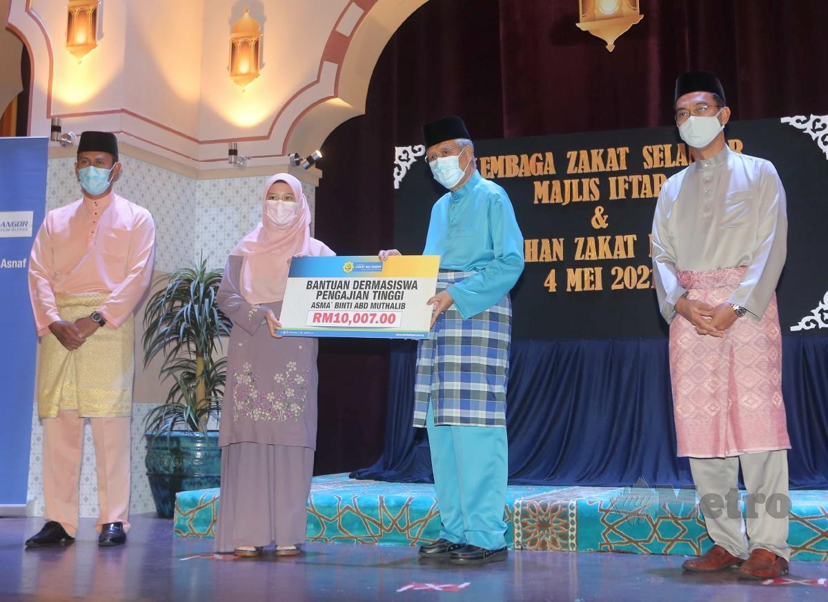ABDUL Aziz (dua kanan) menyampaikan sumbangan bantuan kepada Asma Abd Muthaklib sambil diperhatikan Saipolyazan (kanan). FOTO MUHD ASYRAF SAWAL.