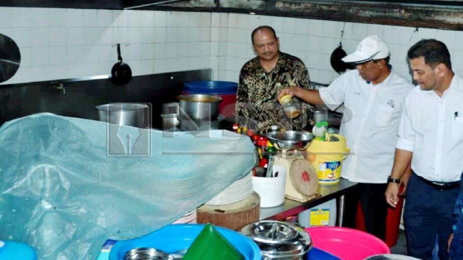 ABDUL Rahim melihat peralatan dan bahan makanan di bahagian dapur di sebuah restoran di Jalan Wong Ah Jang, Kuantan. FOTO Asrol Awang