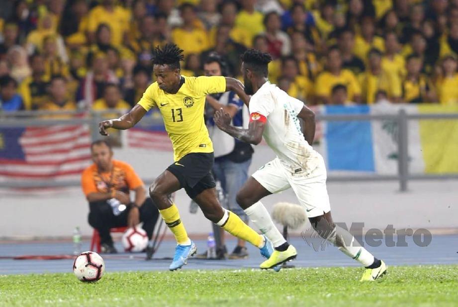 MOHAMADOU Sumareh mengawal bola dari pemain Indonesia. FOTO Mohamad Shahril Badri Saali