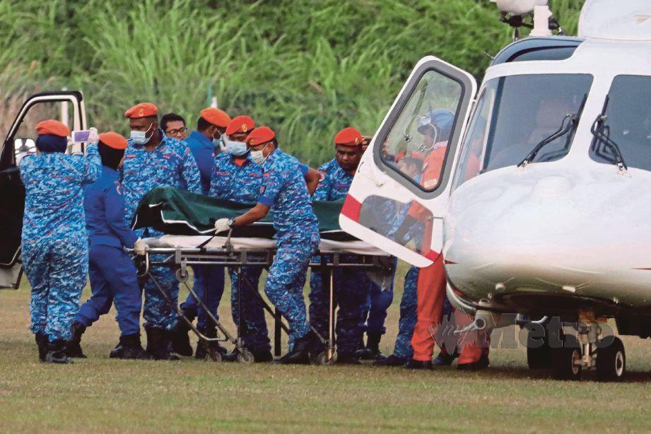 MAYAT Nora Anne dibawa keluar dari lokasi penemuan menggunakan helikopter.