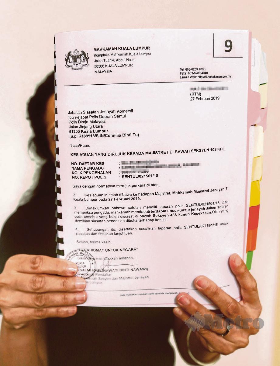 JANE menunjukkan surat tuntutan ganti rugi ke atas bekas suaminya. FOTO Aswadi Alias