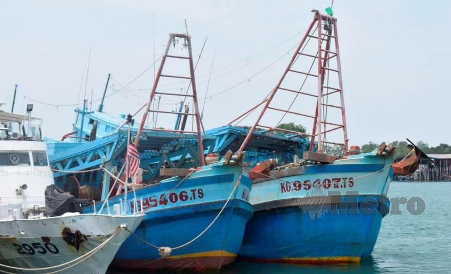 DUA bot nelayan Vietnam yang ditahan selepas menceroboh dan menangkap ikan di perairan Kemaman, kelmarin. FOTO Rosli Ilham.