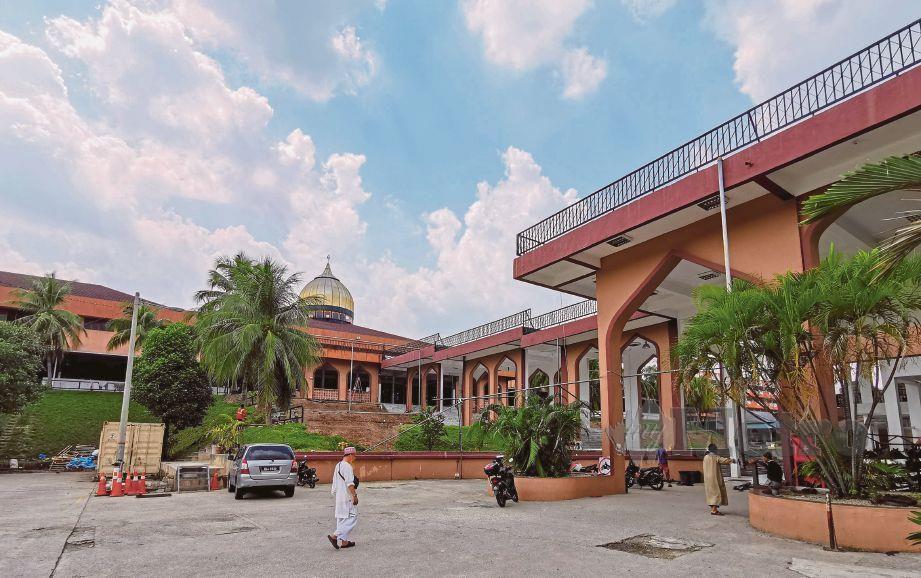 SUASANA di perkarangan Masjid Seri Petaling. FOTO arkib NSTP
