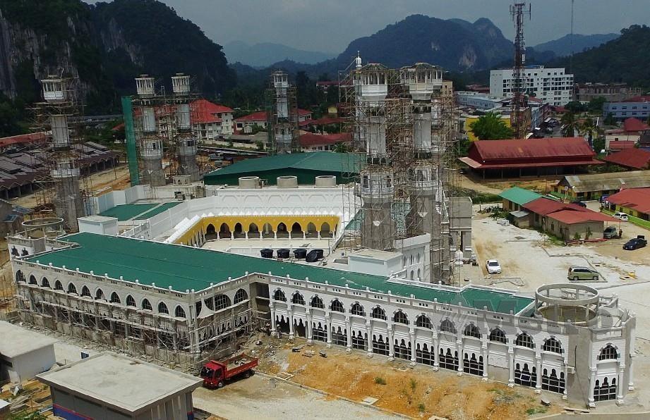 MASJID Tengku Razaleigh yang dibina berinspirasikan Masjidil Haram, Makkah. FOTO Fathil Asri