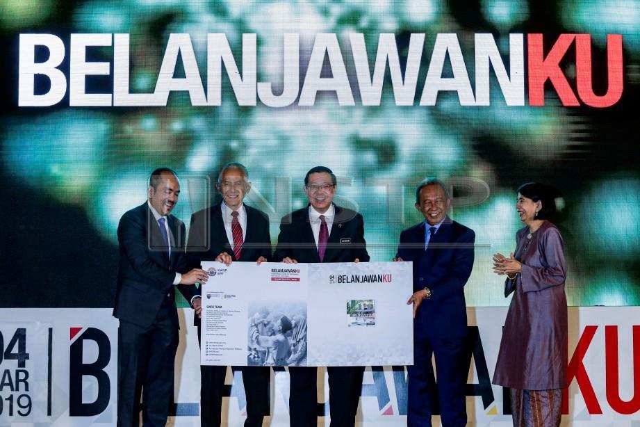 MENTERI Kewangan, Lim Guan Eng (tengah) bersama Pengerusi KWSP, Tan Sri Samsudin Osman (dua dari kanan), Ketua Pengarah Eksekutif KWSP, Tunku Alizakri Alias (kiri), Naib Canselor Universiti Malaya, Datuk Dr Abdul Rahim Hashim (dua dari kiri) dan Pengarah Pusat Penyelidikan Kesejahteraan Sosial Universiti Malaya, Prof. Emeritus Datuk Dr Norma Mansor (kanan) menunjukkan buku Belanjawanku pada Majlis Pelancaran Belanjawanku. FOTO/AIZUDDIN SAAD