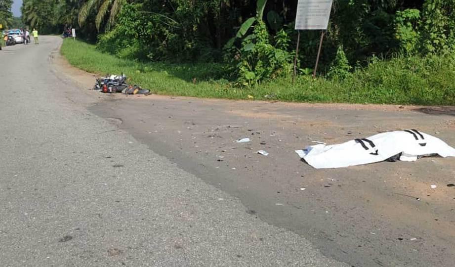LELAKI warga emat maut selepas motosikal ditunggangnya dilanggar kereta dipandu lelaki dipercayai di bawah pengaruh dadah di Kampung Serapoh di Jalan Parit, Parit. FOTO Ihsan PDRM