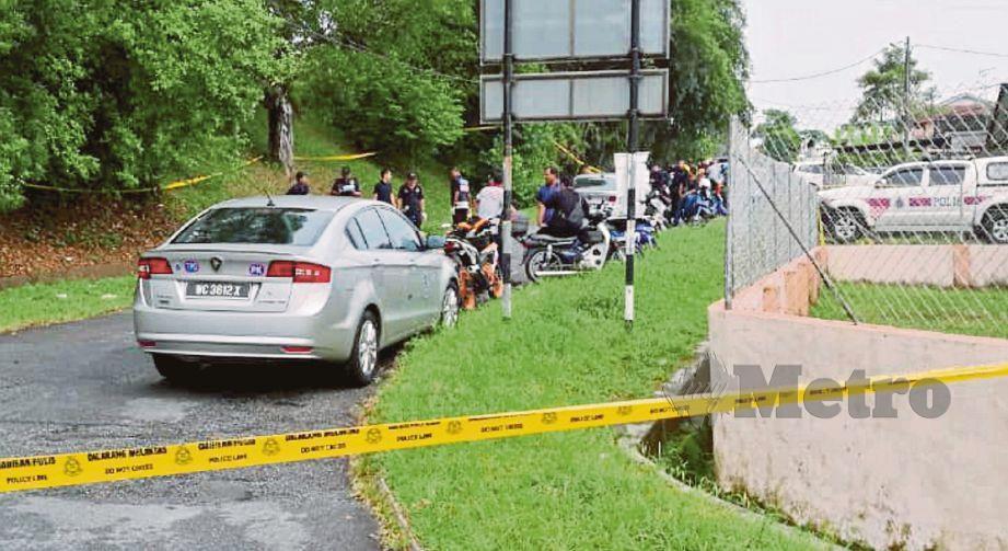 POLIS memeriksa kawasan mayat remaja lelaki ditemui di belakang rumah jirannya di Taman Greenview, Kamunting dalam keadaan tubuhnya dibalut dengan plastik. FOTO ihsan pembaca.