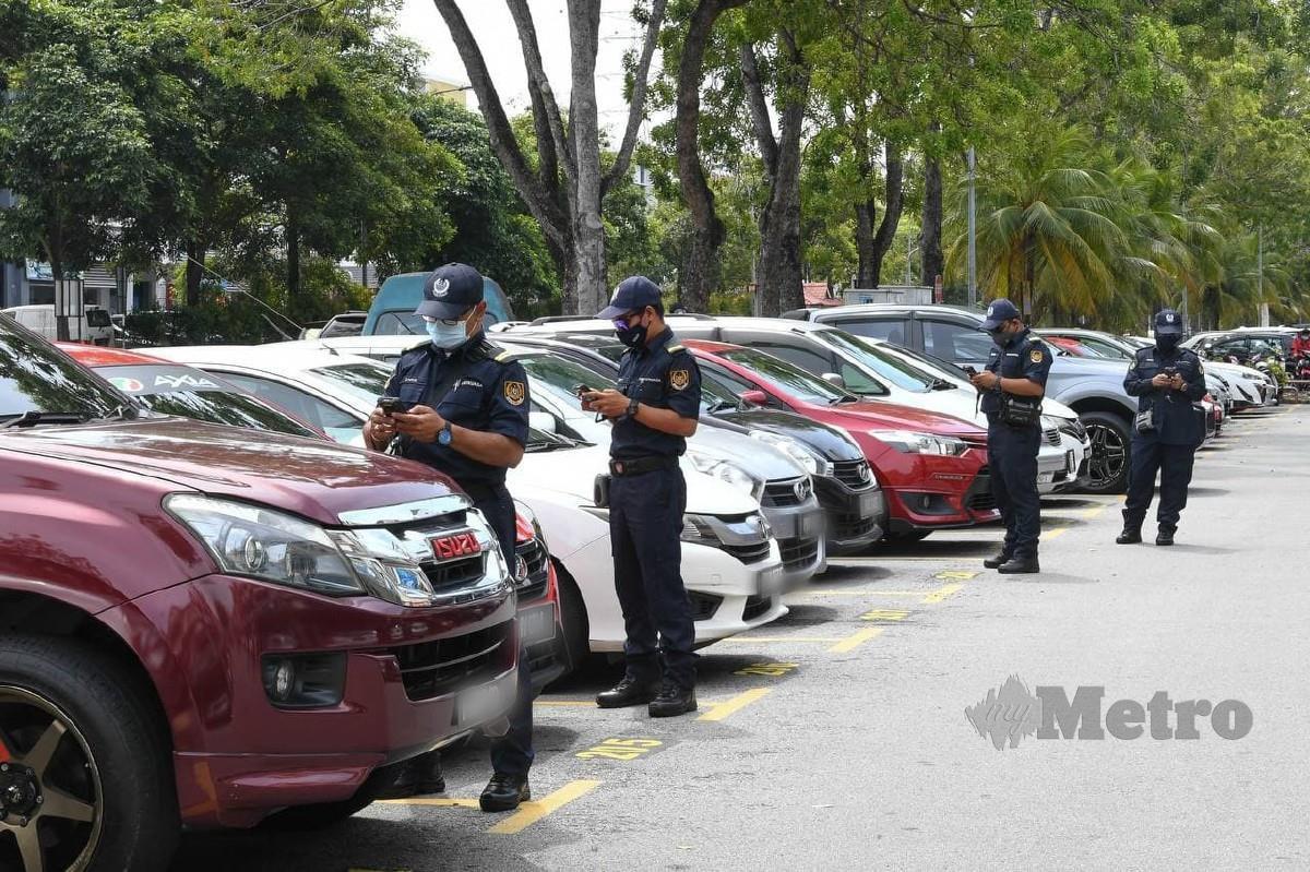 ANGGOTA Penguat Kuasa MBSP mengadakan pemeriksaan aplikasi Penang Smart Parking (PSP) di Bandar Sunway Seberang Jaya, Butterworth. FOTO ihsan MBSP
