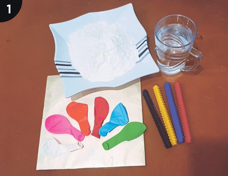 1. BAHAN yang diperlukan, semangkuk tepung gandum, segelas air, belon pelbagai warna dan pen.