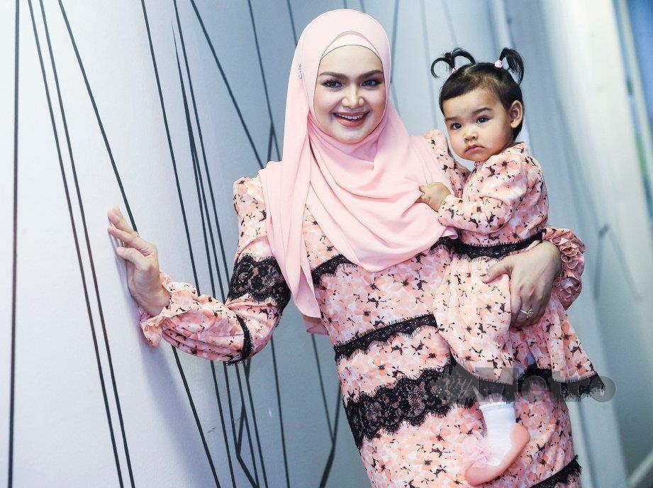 SITI Nurhaliza bersama anaknya, Siti Aafiyah. FOTO Azhar Ramli