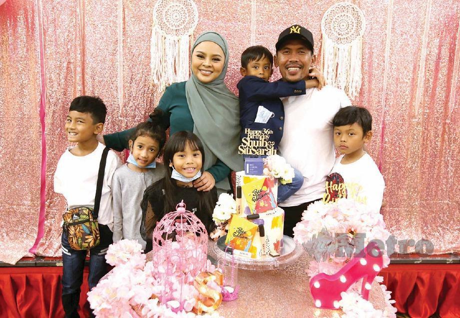 SARAH dan Shuib bersama anak-anak mereka.
