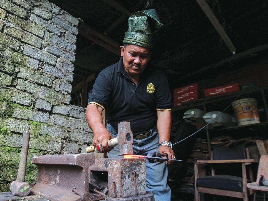 TUKUL besi digunakan untuk membuang tahi besi.