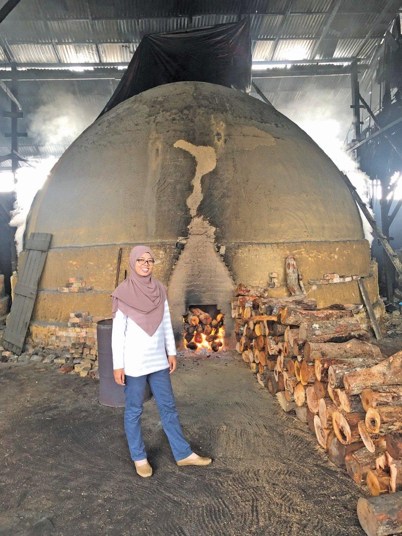 KAYU bakau dibakar selama sebulan. FOTO Nursolehah Abd Aziz